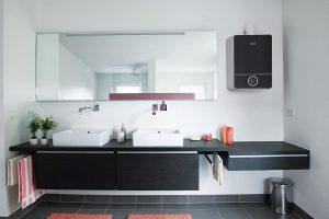 Moderne Gasbrennwertgeräte passen auch ins gehobene Wohnumfeld, zum Beispiel in ein neues Bad. Foto: Junkers